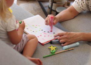 ESDM terapia je založená na budovaní vzťahu medzi terapeutom a dieťaťom.
